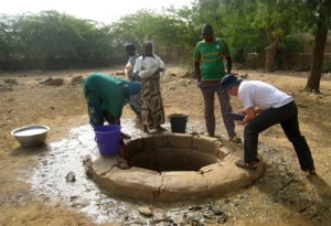 Jonathan (Joneo) Oglesby interviewed the Songhai people at a well to learn about water usage.