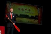WKU President Gary Ransdell presented awards to dragon boat captains. Find out more at http://www.wku.edu/ci/ci_day_2014_love_for_china_bg_en.php