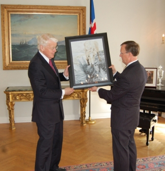 WKU President Gary Ransdell presented a piece of original artwork by WKU junior Katie Adams to Iceland President Olafur Grimsson. (WKU photo by Jeff Younglove)
